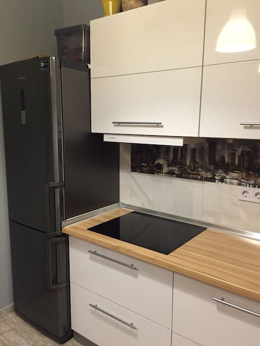 Бесшумный холодильник с большой вместительностью. Ваши напитки и продукты всегда будут сохранять свежесть