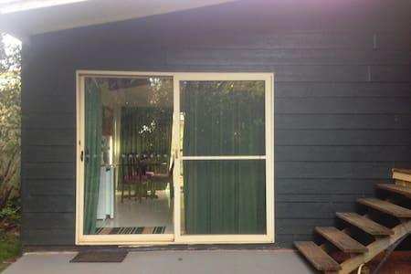 Spacious Island studio bungalow - Flat