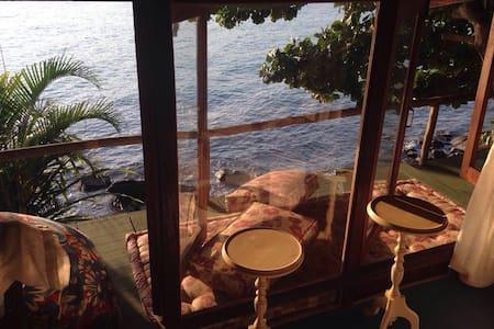 Bangalô sobre o mar , bem simples , mas ao mesmo tempo aconchegante , cozinha equipada , mesa na cozinha e na varanda , rede para deitar na varanda , duas poltronas para contemplar o mar .