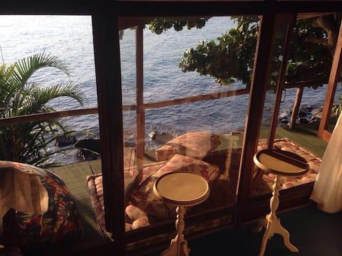 Casa sobre o mar dentro de uma praia particular , quarto todo Envidraçado, vista total para o mar .