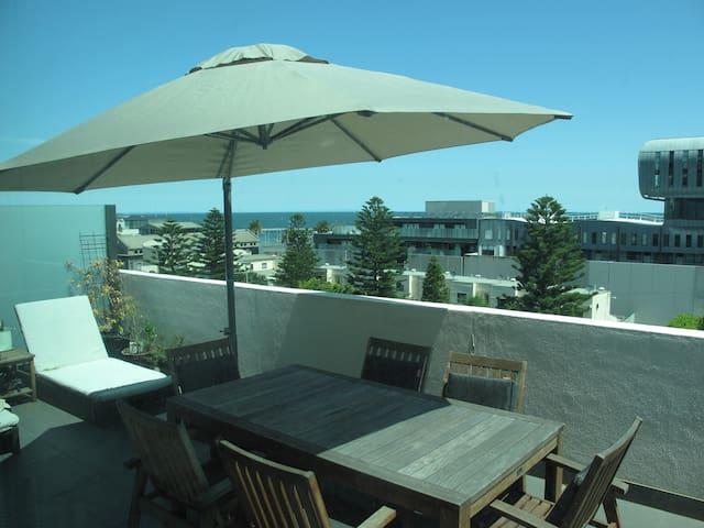 Apartment, huge balcony, sea views! - Port Melbourne - Byt