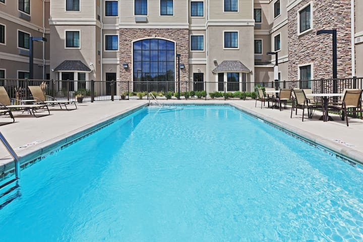 Outdoor Pool. Free Breakfast. Gym. Perfect for Groups!
