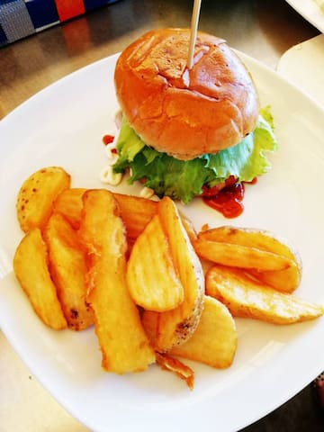 Burger with potate wedges