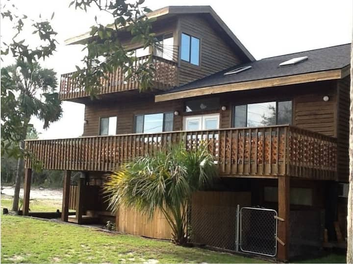 Pet friendly, minutes from beach, downtown
