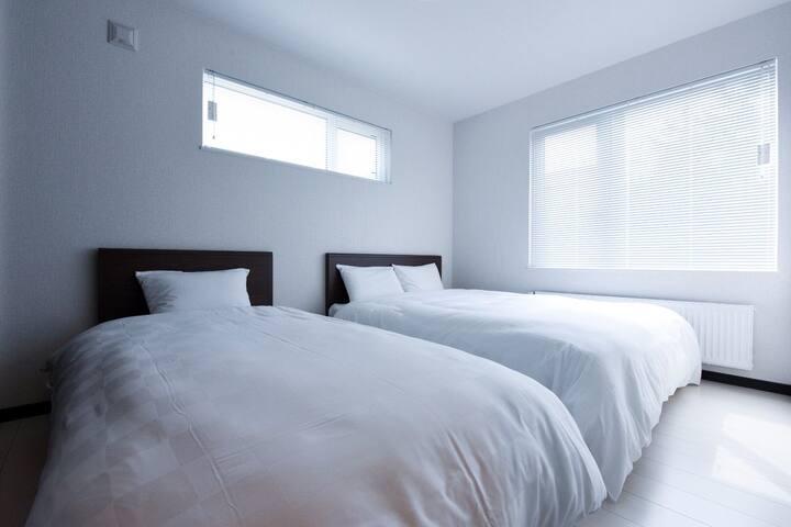 Enjoy the squashy comfortable beds! ふかふかのベッドをお楽しみください
