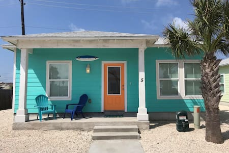 Blue Wave-3BD/2BA House, shared pool, near beach