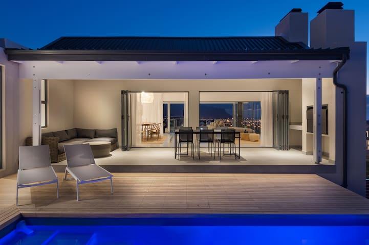 The Best: Neue Luxusvilla in bewachtem Estate