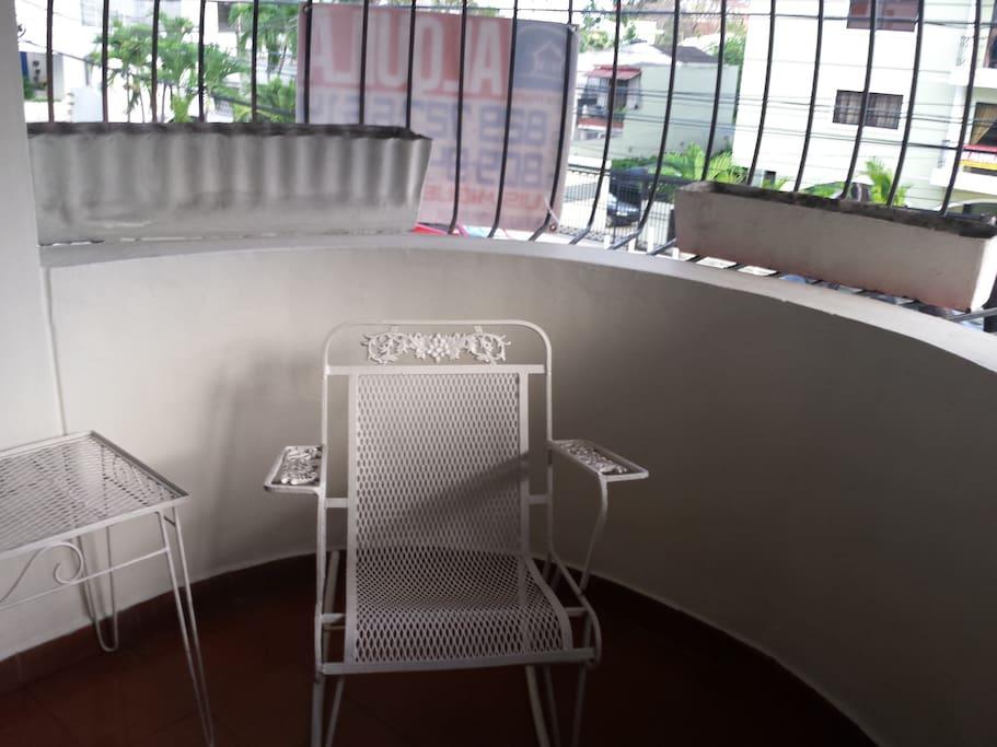 Balcón con excelente vista al exterior e iluminación.