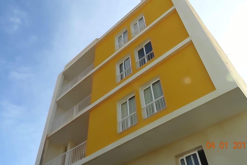 Immeuble de 4 étage construit avec les standards européens.