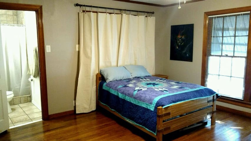 Room Share in Yoga Temple - Denton - House