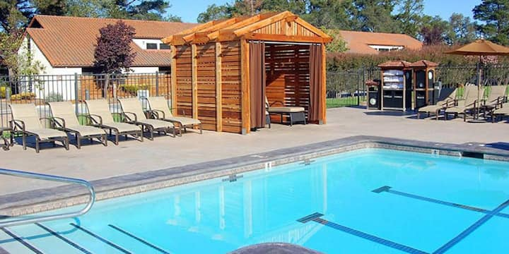 ONE CHIC AND COZY UNIT, POOL  3 MILES TO BEACH