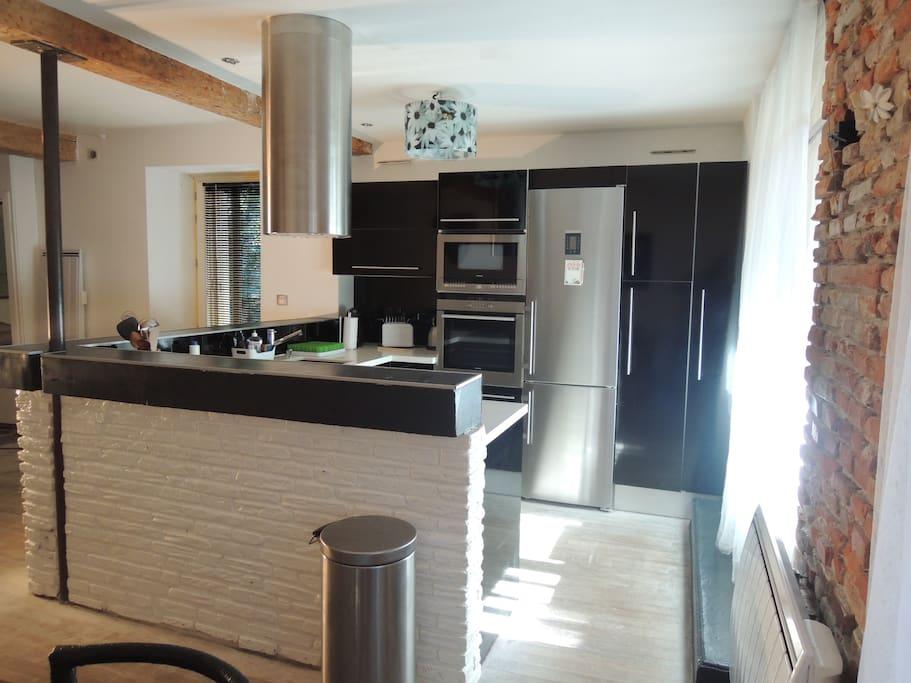 La cuisine américaine, tout équipée: frigo, congélateur, plaque à induction, lave vaisselle
