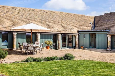 Cotswold converted barn; dog friendly; smoke free - Kemble - Huis