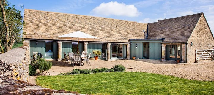 Luxurious Cotswold Barn; sleeps 6; pet friendly.
