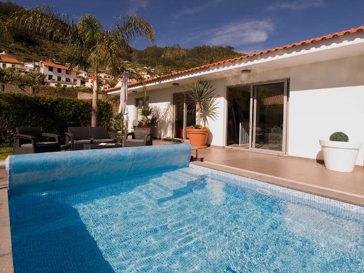 Blue Villa Heated pool, Sauna, Jacuzzi, Air cond,