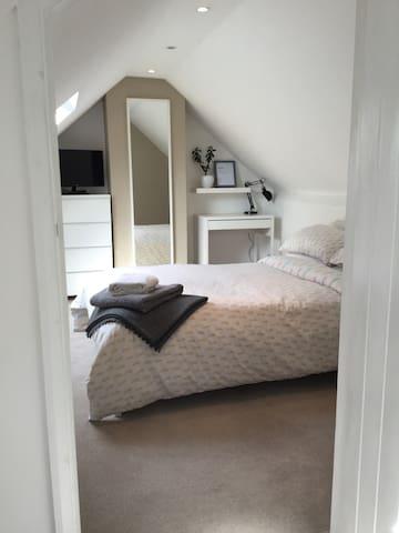 Spacious en-suite attic apartment in the Chilterns