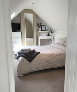 Spacious en-suite attic apartment in the Chilterns