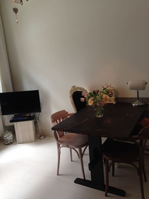 Dining table and tv / Tafel en TV