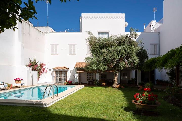 Casa con piscina en jardín privado en la Judería.