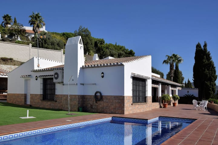 Tasteful and modern villa with private swimming pool (salt)