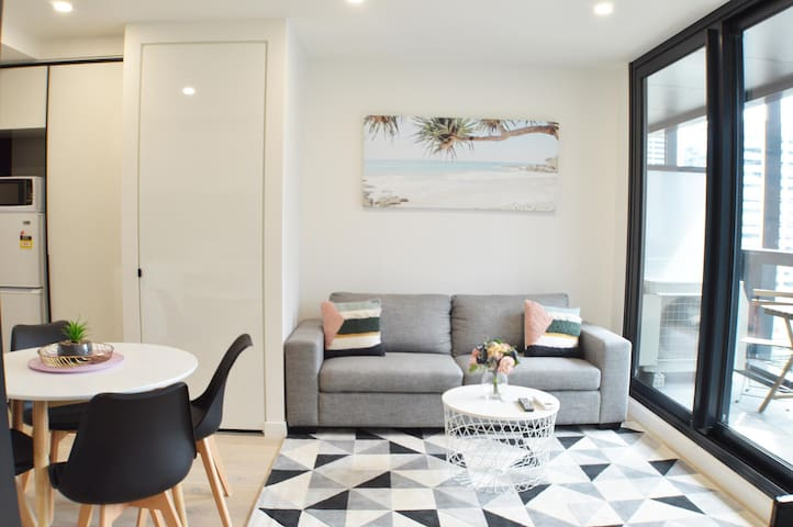 Stunning 2BD Apt in the Heart of Melbourne CBD