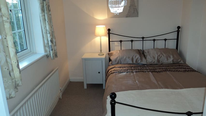Guild: Rm 3: 9 Durham Cl, GU2 9TH Cosy Double Room - Guildford - Rumah