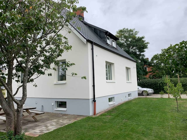 Cosy house with hot tub and indoor fire near Lund