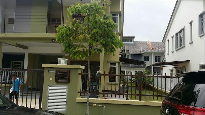 Danial Guest House Nusajaya - Nusajaya - Dom