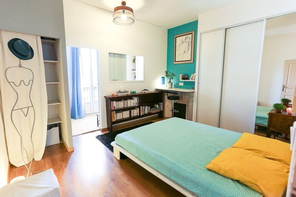 Chambre 1 avec lit double et petit bureau