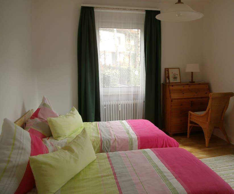 Schlafzimmer mit Arbeitskommode