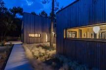 """""""Magnifique maison nichée dans les pins,avec un accès par une piste cyclable à la plage à travers les pins. Cadre très reposant. Decoration à tomber !"""" Amandine"""