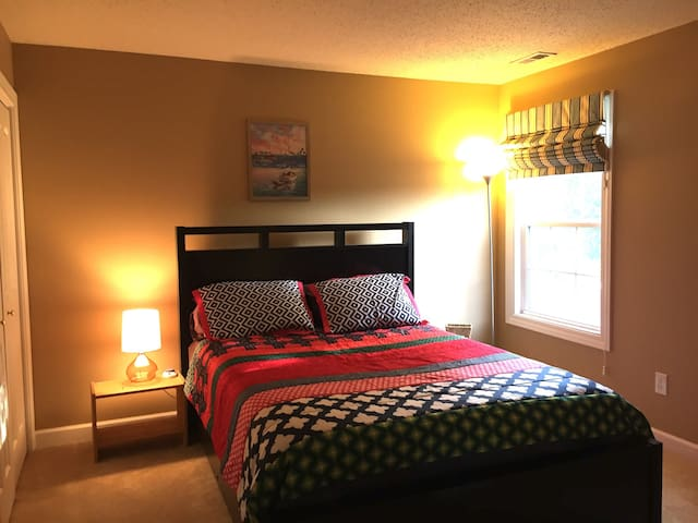 Comfortable Queen Bedroom 15 mins from Downtown - Indianapolis - House