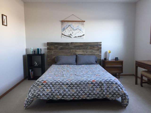 Cozy 2bdrm 3beds full basement living area