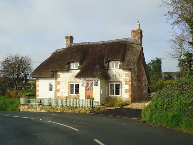 Corner Cottage, Limerstone, IOW - Limerstone - House