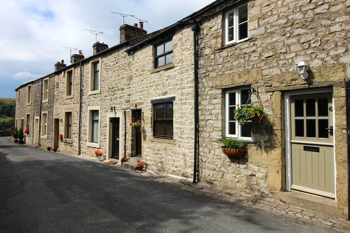 The Fold, historic Dales cottage with open fire