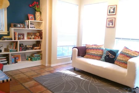Cozy and Cool Travis Heights Apartment - Austin - Apartment