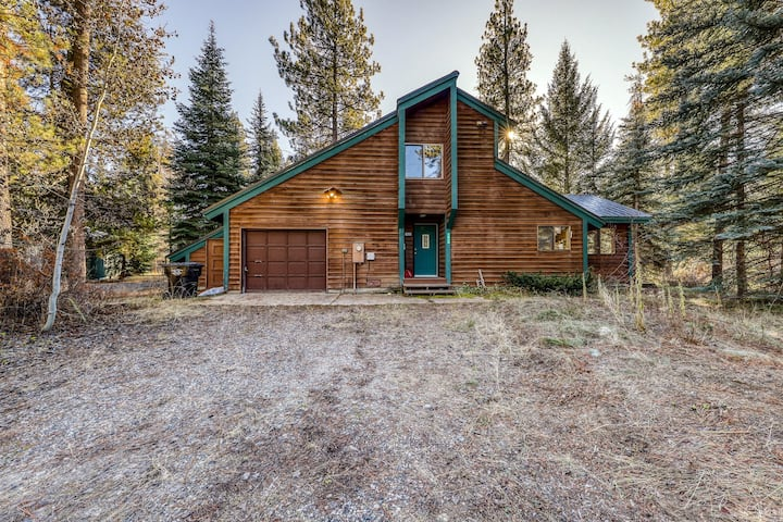 Delightful, dog-friendly cabin w/outdoor firepit and gorgeous wooden setting