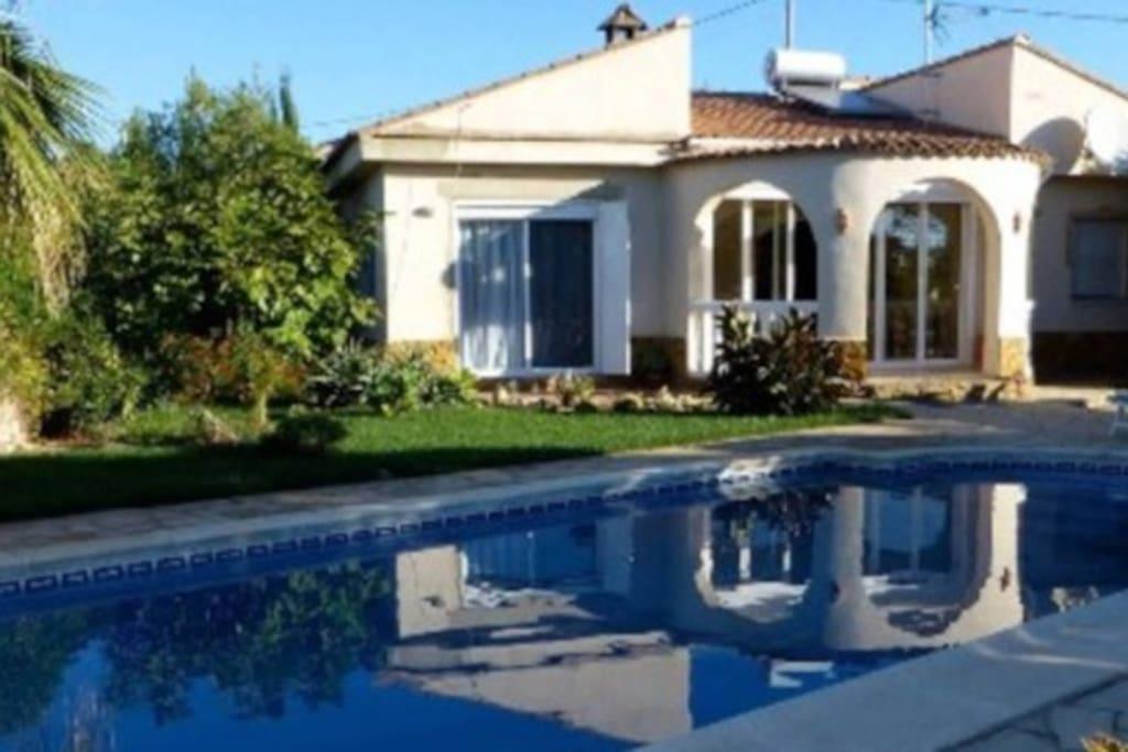villa et sa piscine priv e au calme la campagne villas louer montroy comunidad. Black Bedroom Furniture Sets. Home Design Ideas