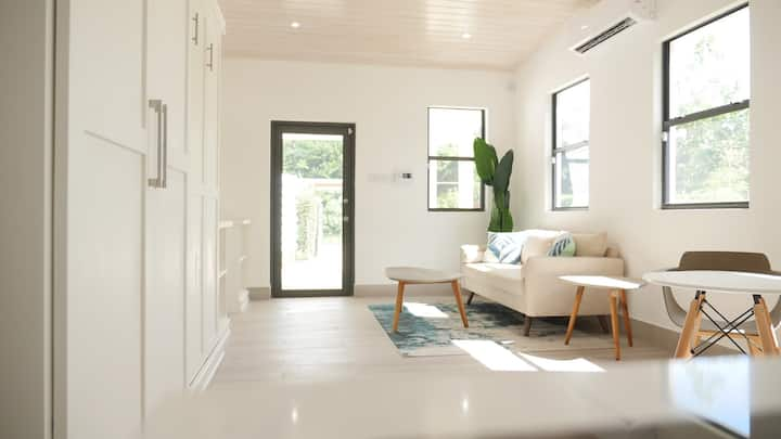 Luxe Modern Studio Retreat in Holetown