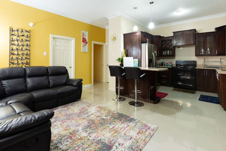 New Central &Contemporary Gated Kgn Apt 1Bd\1.5bth