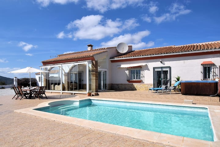 Spacious Villa with Jacuzzi in Arenas