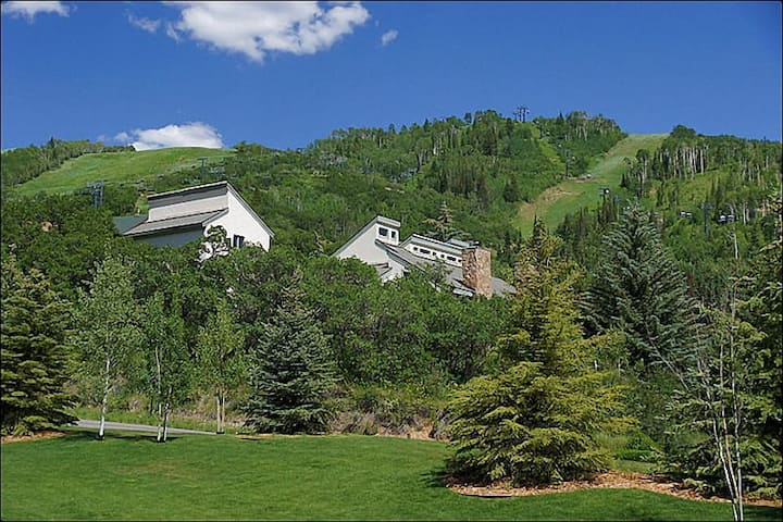 **Pet Friendly** Private Hot Tub, Less Than 100 Yards to Slopes