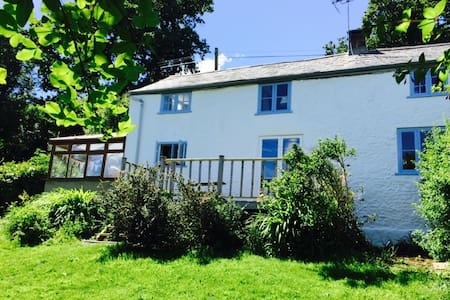 Country cottage with stunning views - Marshwood