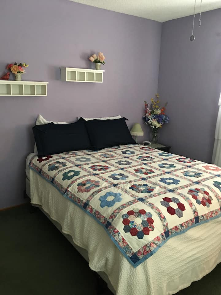 Large and quiet Lavender bedroom for 1-2 people!