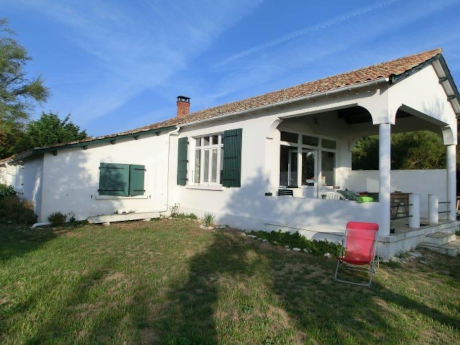 Maison familiale en bordure de plage houses for rent in - Deco petit jardin de ville saint denis ...