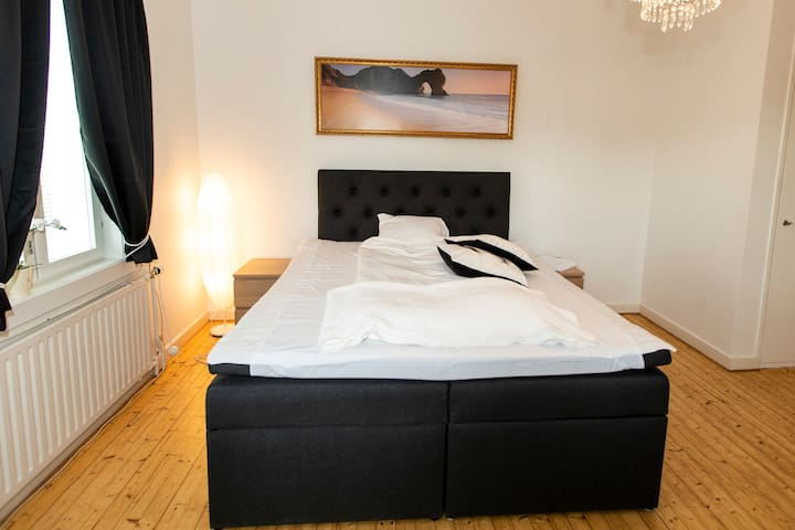 Mysigt sovrum med mycket bekväm King-size dubbelsäng 180cm  bred & gott om förvaringsutrymme. Cosy bedroom with very comfortable King-size double bed 180cm wide with lots of storage in closets.