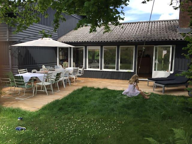 Mysigt hus i Arild med havsutsikt.