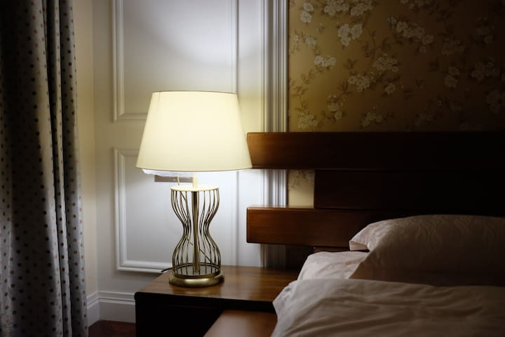 卧室一,1.8*2米大床,带超大飘窗,套间,带独立卫生间,木地板