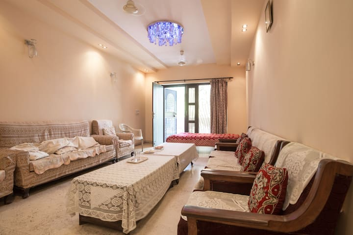 Pvt Bedroom, AC, 100 mbps wifi, central location