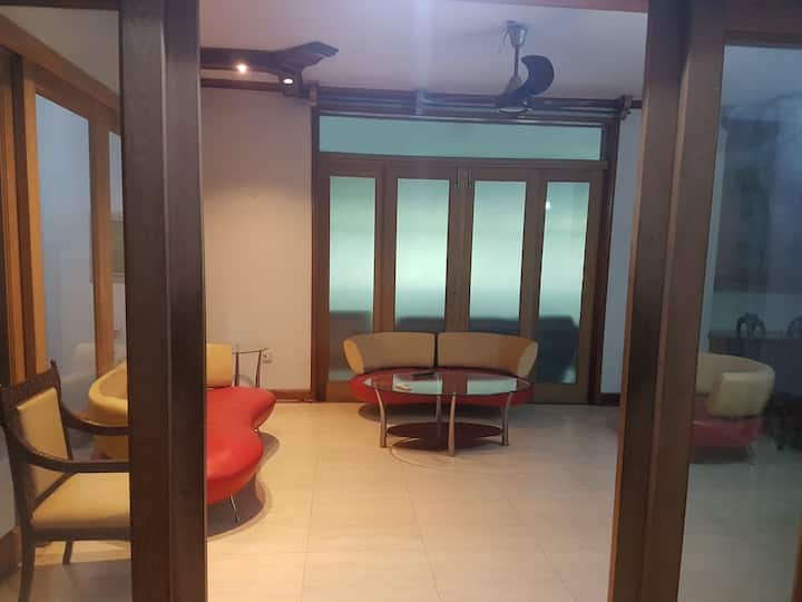 5 Bed Spacious Apartment in Center of Lahore
